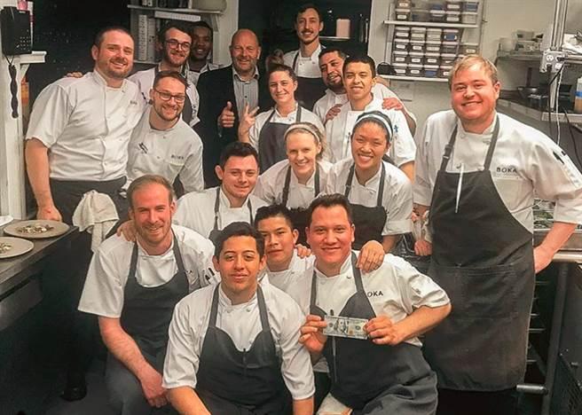 來自西雅圖的豪客和眉開眼笑的17位餐廳員工合照。網上圖片