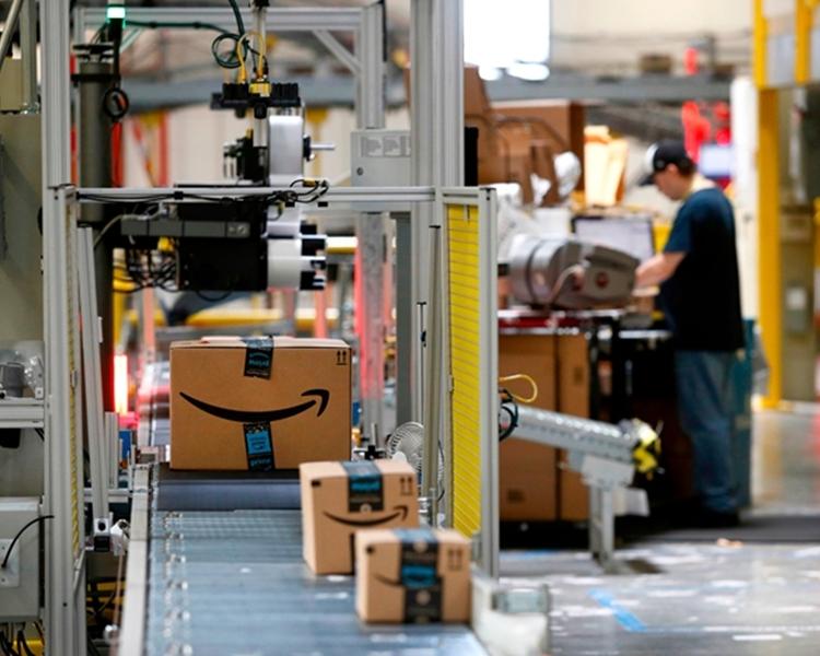 一名作家潛入到亞馬遜英國倉庫中做臥底調查。AP