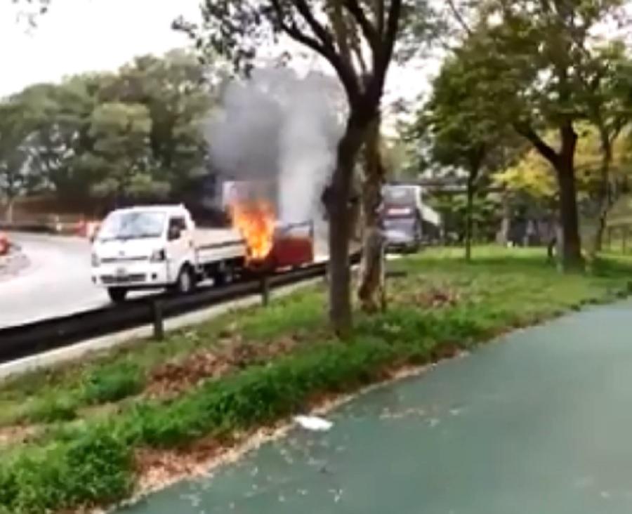 貨車陷入火海。網民葉榮燦圖片