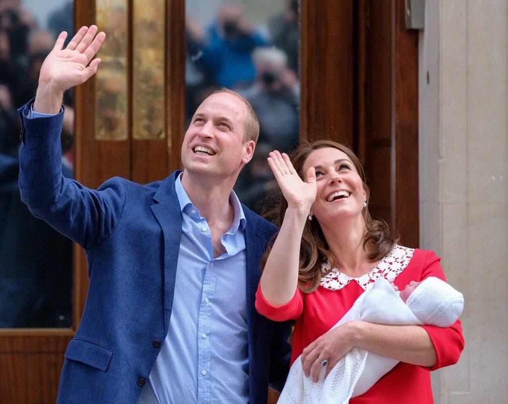 威廉王子和凱特向傳媒及群眾揮手,接受他們的祝福。(網圖)