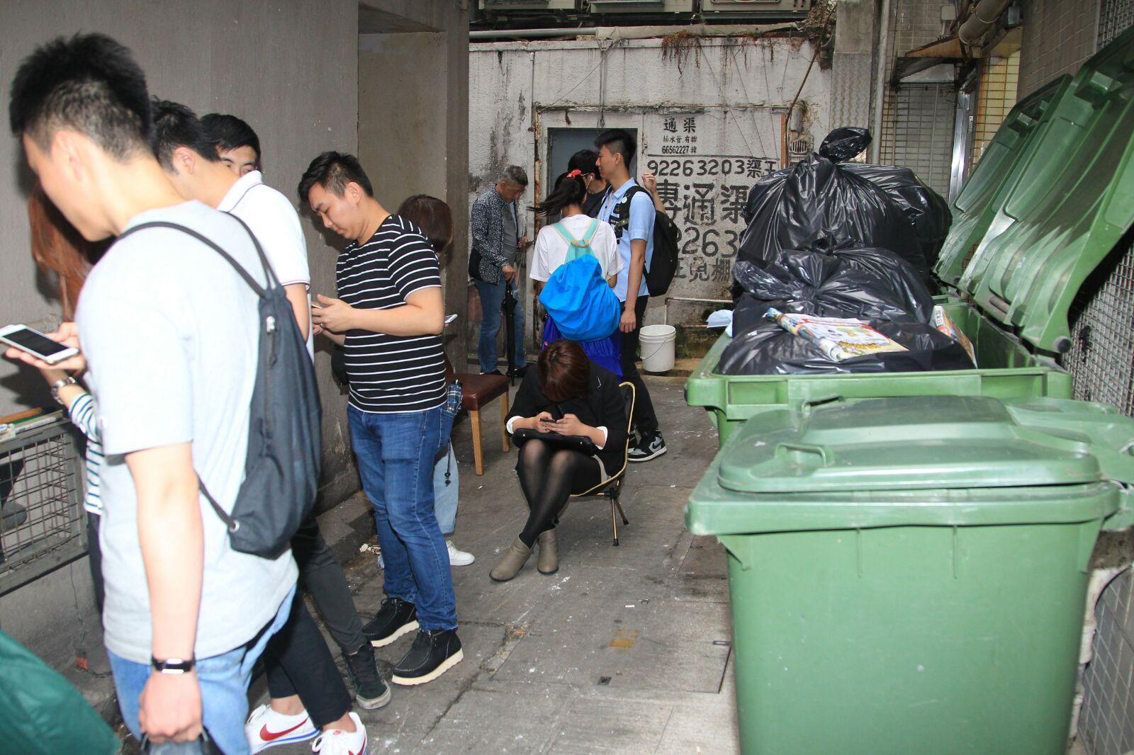 大垃圾桶位置,有排隊人士睡覺。