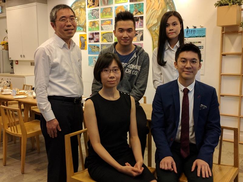 盧世雄(後排左)鼓勵中學畢業生考慮多元的升學就業出路。