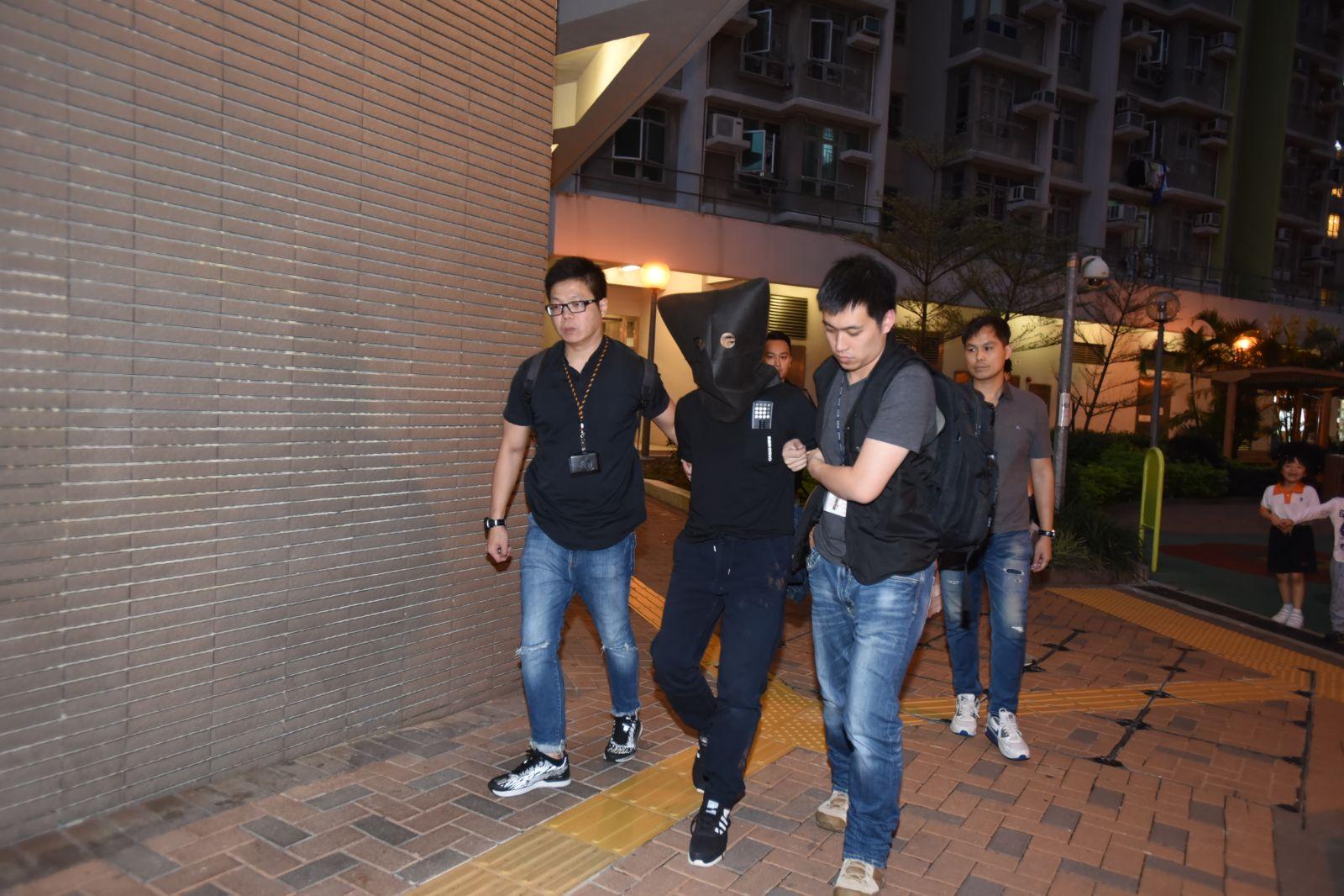 警方拘捕一對男女。尹敬堂攝