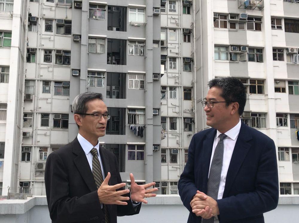 黃偉綸(右)和小組主席黃遠輝均表示,希望盡力增加土地供應,回應市民的住屋需求和社會各項需要。政府圖片
