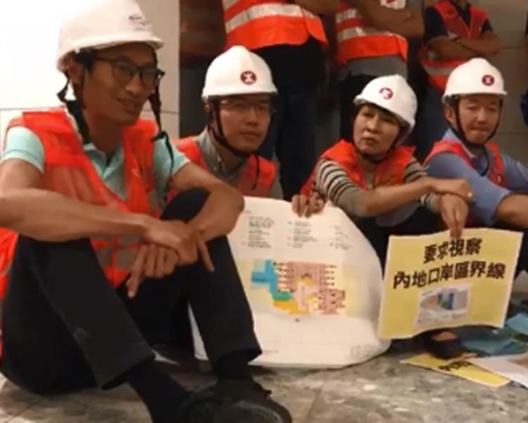 朱凱廸(左一)等泛民議員要求進入內地口岸區的派駐機構辦公備勤區被拒。