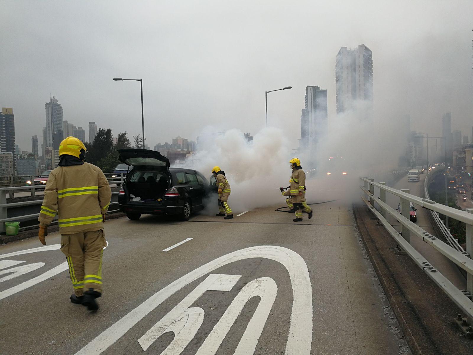 私家車冒出大量濃煙。梁國峰攝