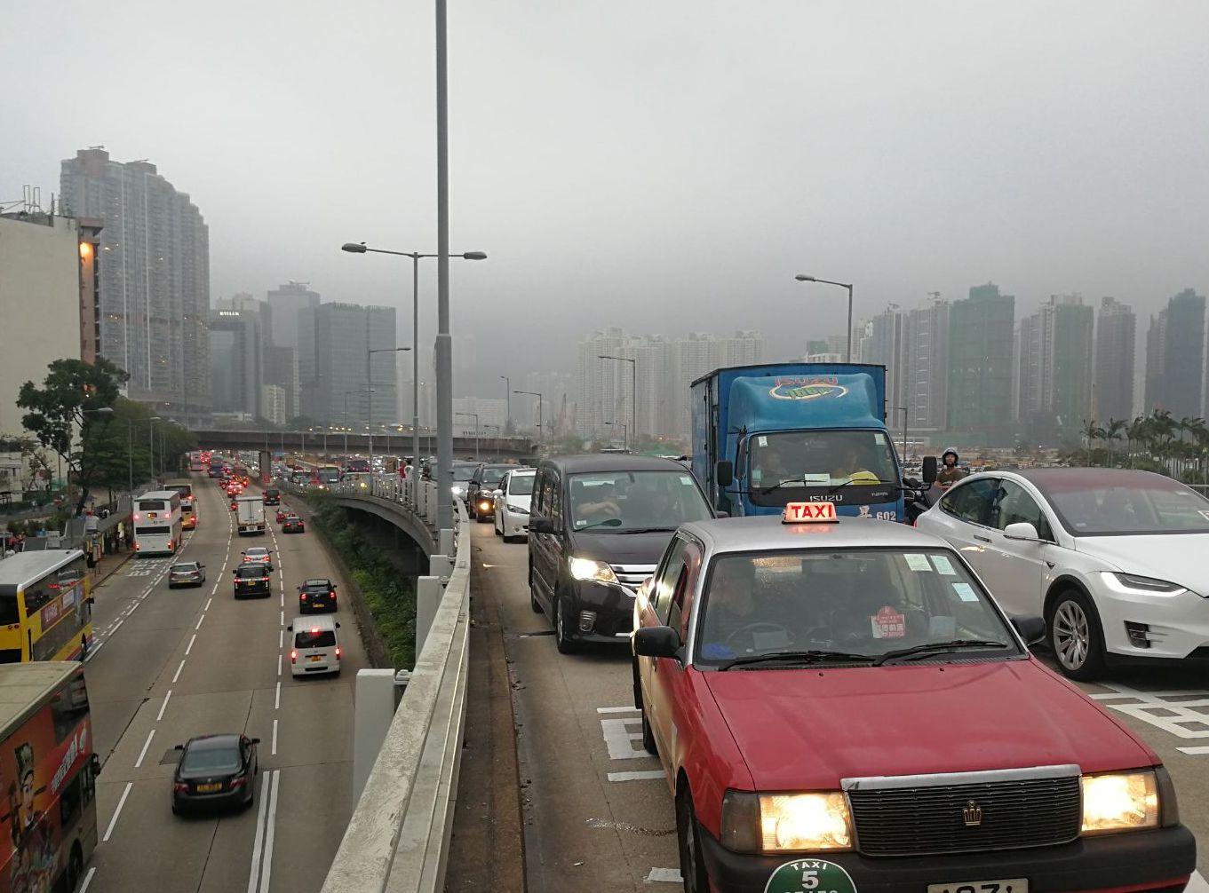 現場交通一度擠塞。梁國峰攝