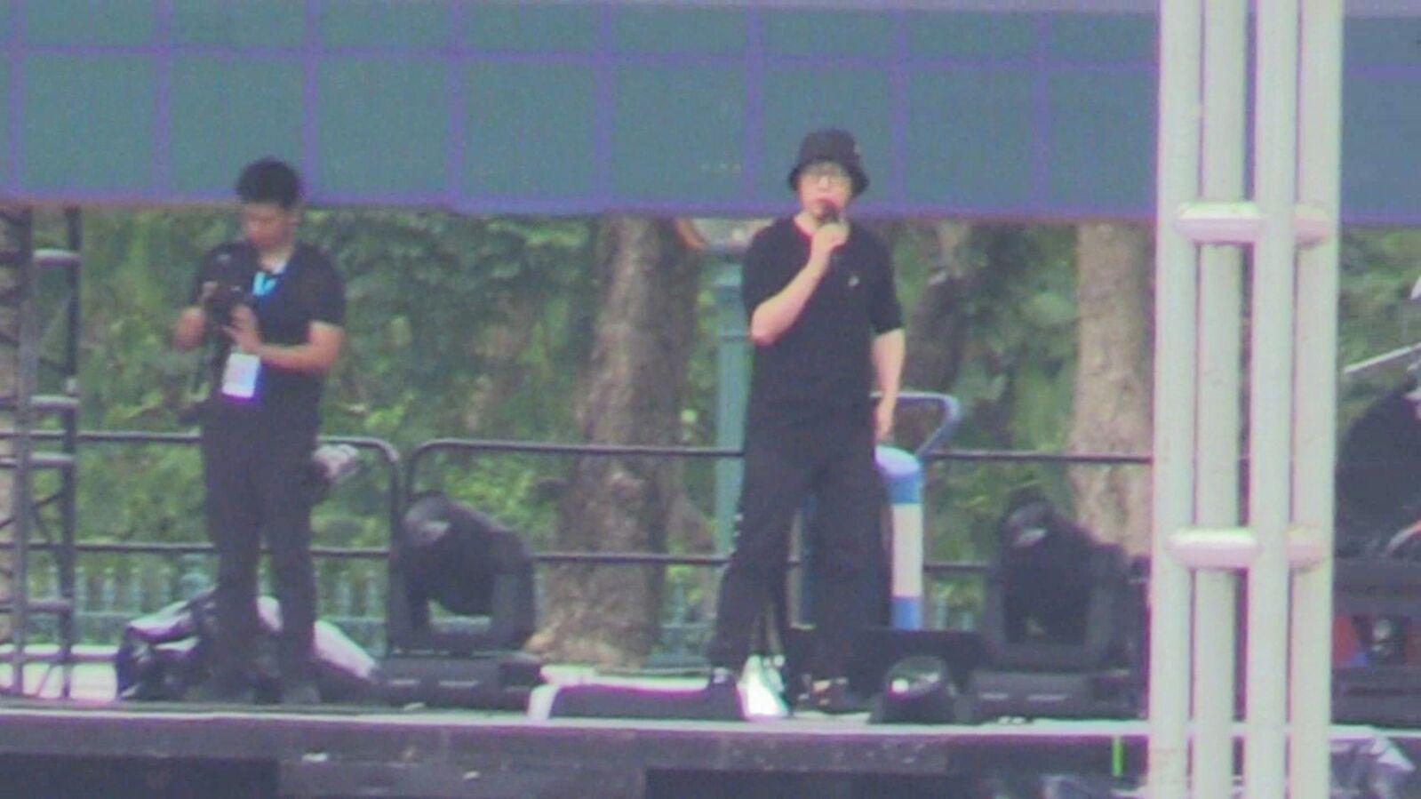 阿信黑帽、黑衣、黑褲。