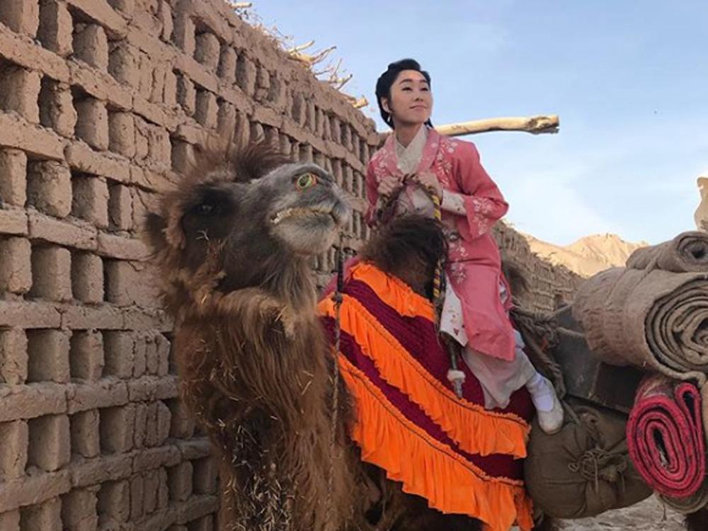 騎駱駝拍戲。