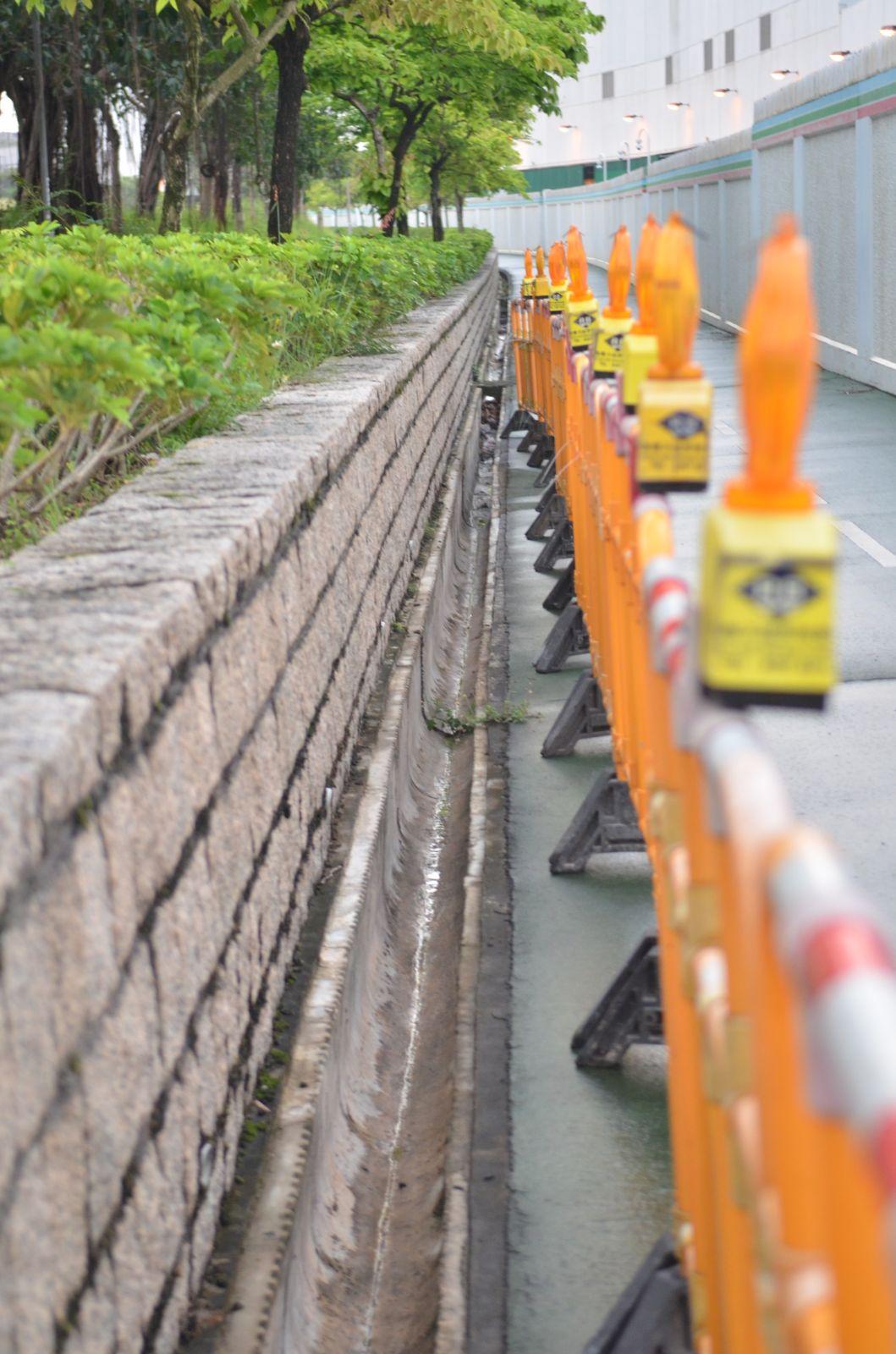將軍澳環保大道約1400塊渠蓋被盜。