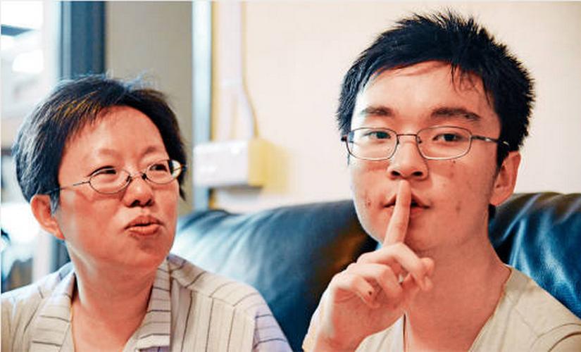 爸媽吵架時,瑋瑋會舉起手指做出安靜的手勢。