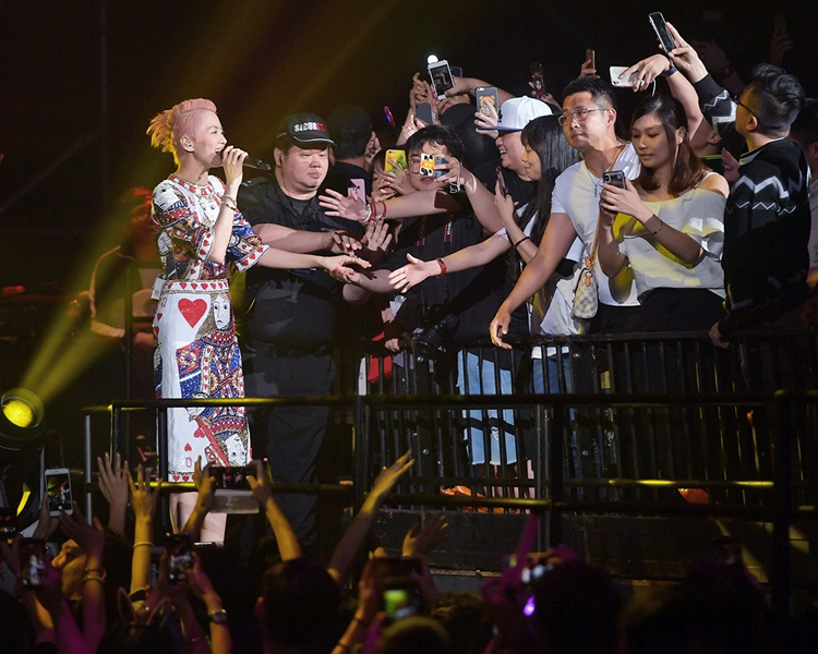 梁詠琪攝期成功,取代五月天在紅館開個唱。