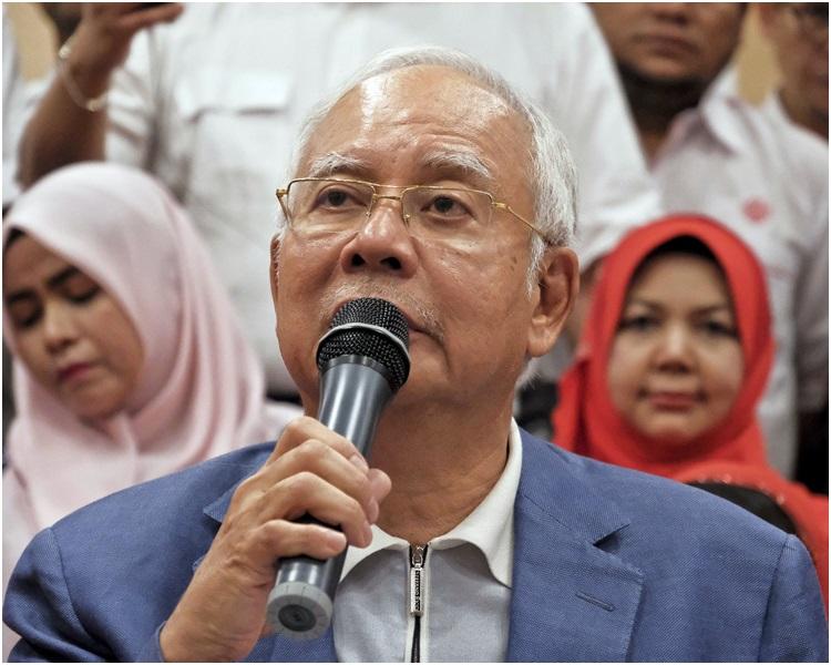 警員周六突擊搜查前首相納吉布親屬在首都吉隆坡的一間豪宅。AP