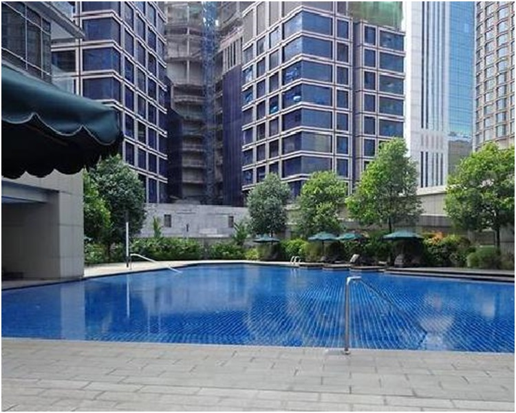 警員周六突擊搜查前首相納吉布親屬在首都吉隆坡的一間豪宅。網圖