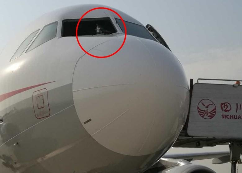 四川航空一客機駕駛艙玻璃高空脫落,機長驚險逼降。網圖