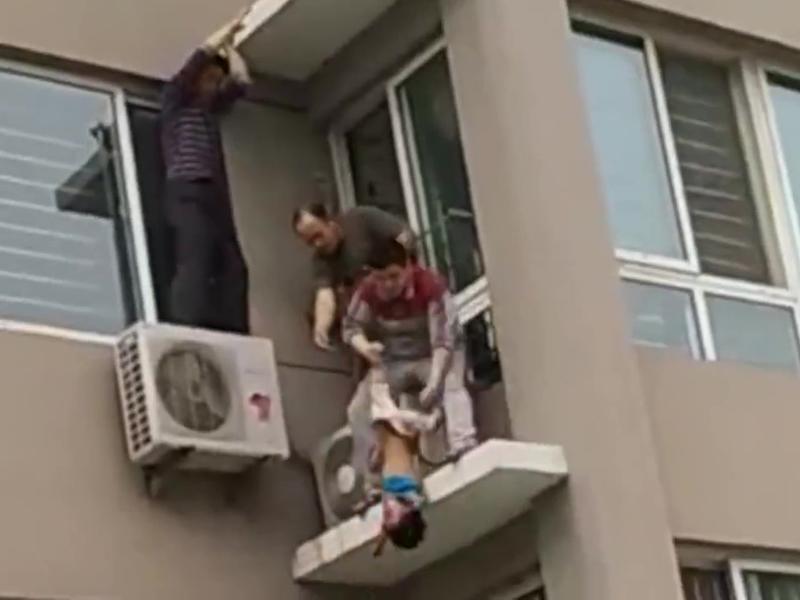男童翻窗5樓墜下,在2樓被鄰居接住,非常驚險。(網圖)
