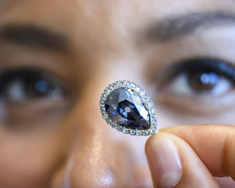 「法納斯藍」鑽石在日內瓦拍賣。AP
