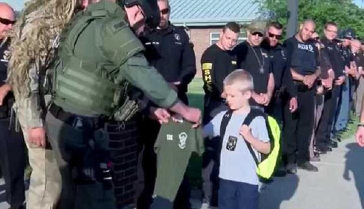 其中一名特警還送了一件特警T恤和徽章給達科塔。