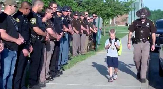 70多名警察同袍在校門列隊相伴,希望達高塔能走出失去爸爸的陰霾。