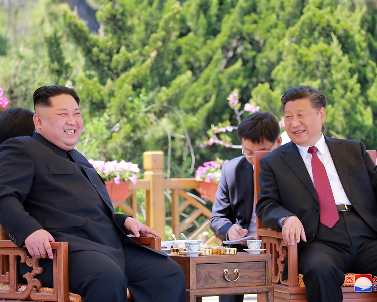 習近平(右一)早前與金正恩(左)會面。AP