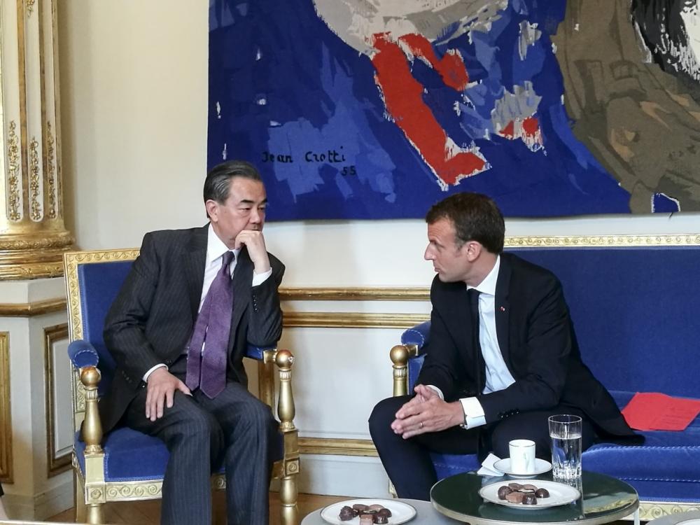 馬克龍(左)與王毅巴黎會晤,強調維護多邊主義。新華社圖片