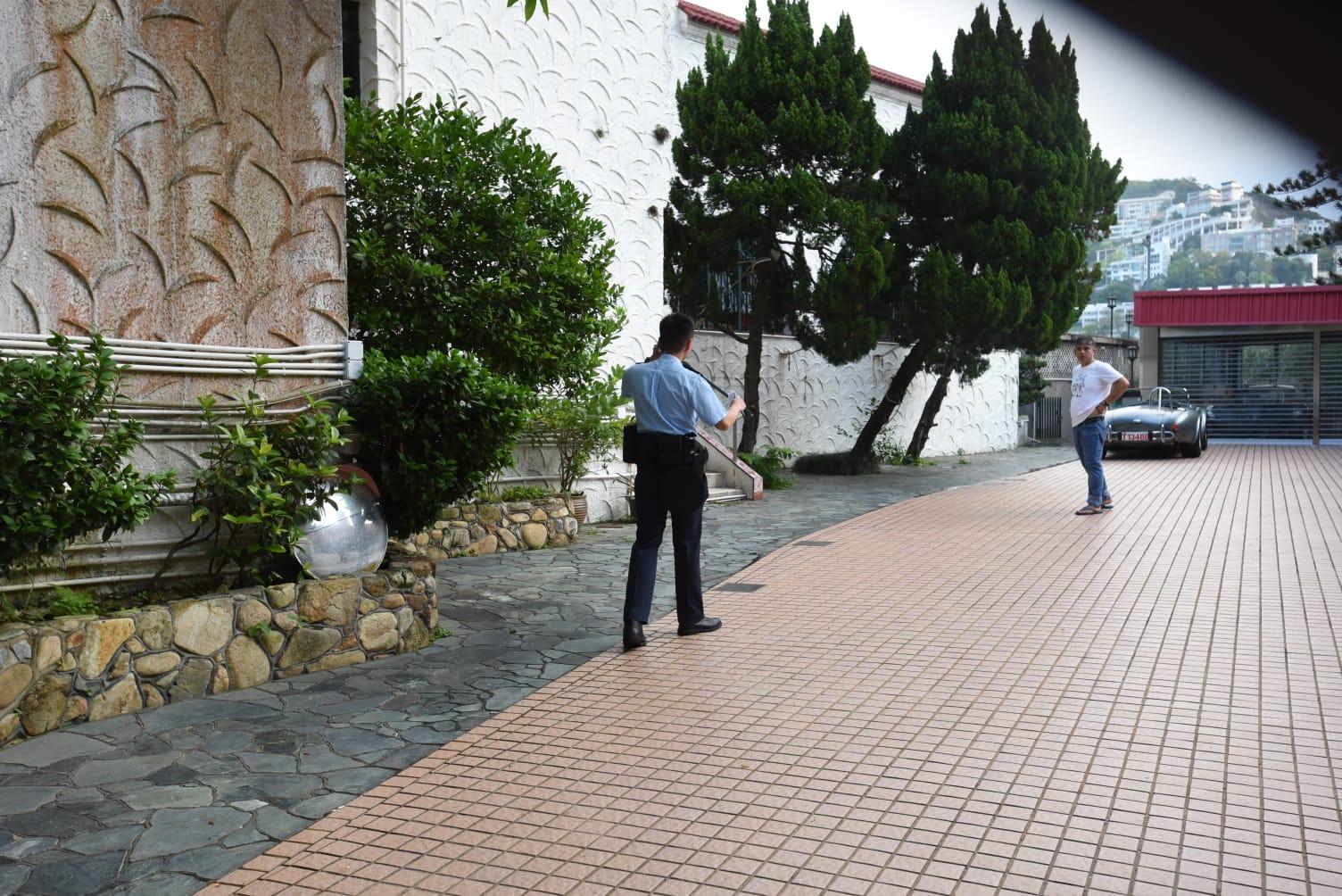 警方進入大宅內調查。