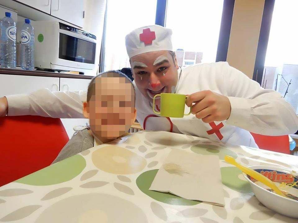 利佩里平時經常在醫院為病童帶來歡笑。(網圖)