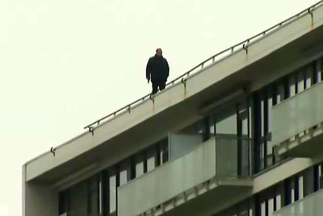 利佩里行兇後走到舊居天台威脅警方揚言要跳樓。(網圖)