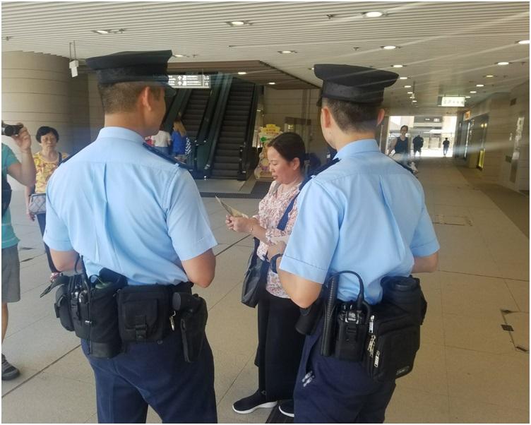 多名警員到安達商場向居民派發防盜宣傳單張。林思明攝
