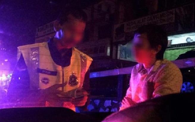 台灣孕婦與友人偷拍下的警察員與司機交涉。