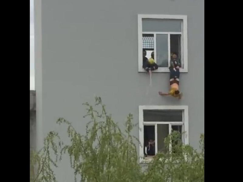 哈爾濱一名男子決心求死,不願被救援,自己脫褲墮樓。(網圖)
