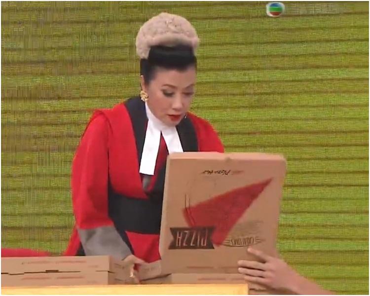 片段中顯示汪明荃飾演法官接收重要證物,即一盒薄餅。網圖