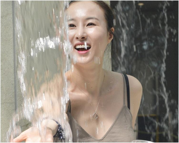 衛生防護中心發言人表示,進行戶外活動時應帶備並補充大量水分。