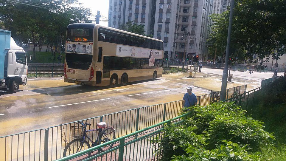 屯門湖翠路爆水管。網民黎錦欣圖片