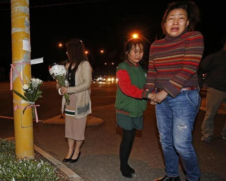 阮艾薇母親、10歲的妹妹及一眾親友來到事發地點悼念她。網圖