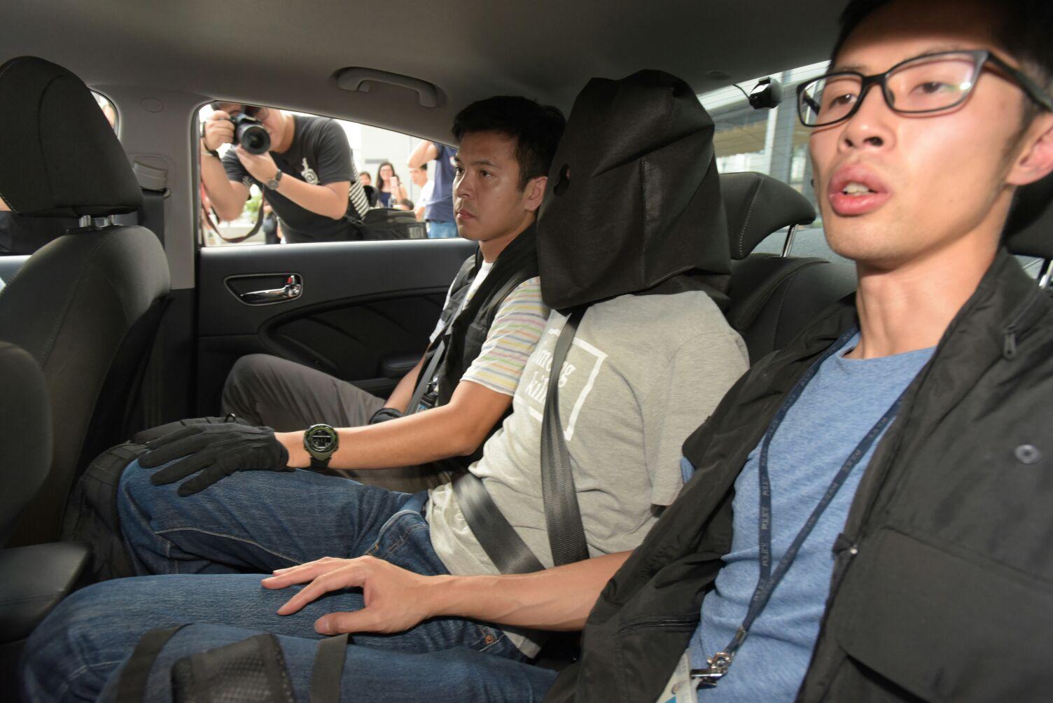 東九龍總區重案組傍晚在大廈内拘捕一名54歲涉案男子。黃文威攝