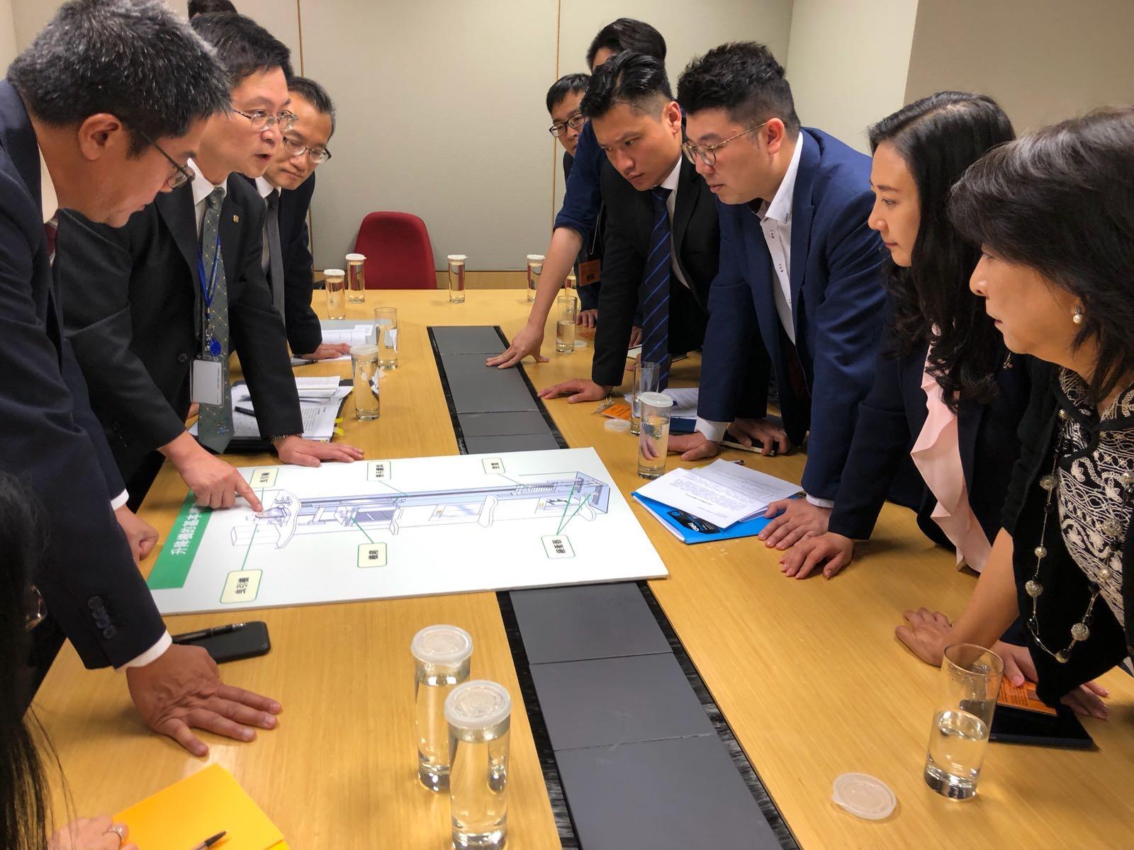 民建聯立法會議員向黃偉綸(左一)提出一系列建議。