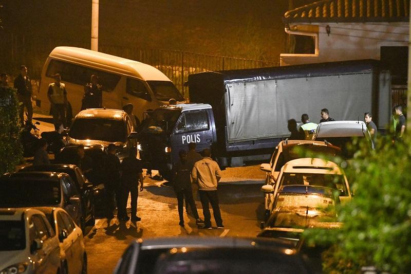 警員周三深夜兵分多路,前往包括納吉布辦公室、吉隆坡大使花園、豪宅寓所等6個地點。美聯社