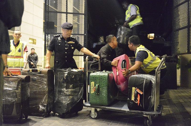 警方在豪宅內搜出多達72袋裝滿現金、名錶與珠寶的公事包、行李箱,以及284個名牌手袋。美聯社