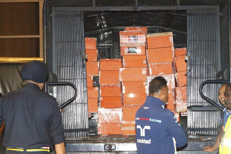警方出動了至少5輛卡車裝載證物載回警局。美聯社