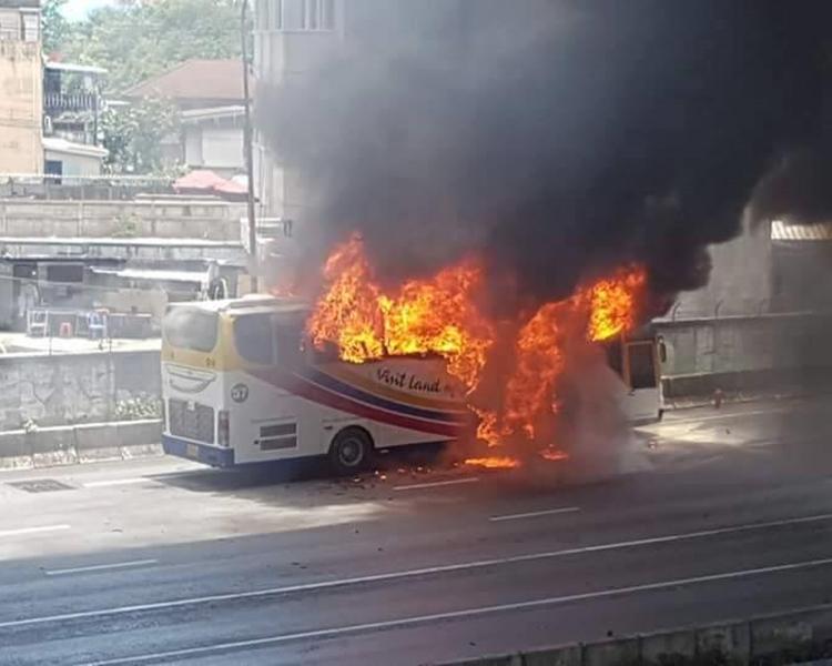 車身開始燃燒,火焰及濃煙不斷冒出。網圖