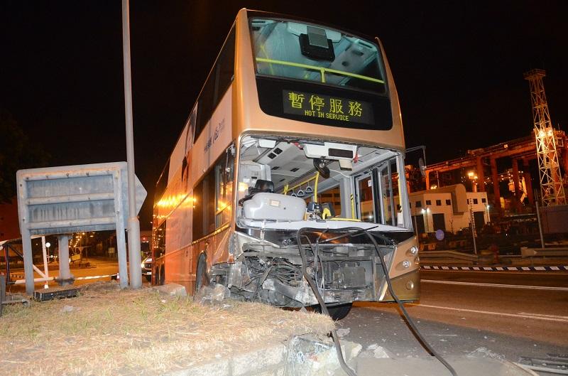 賊人駕駛巴士至葵涌後,失事撞壆。蔡楚輝攝