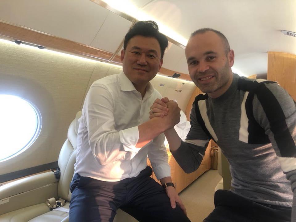 小白(右)飛日本抵「新家」,暗示加盟神戶勝利船。fb圖片