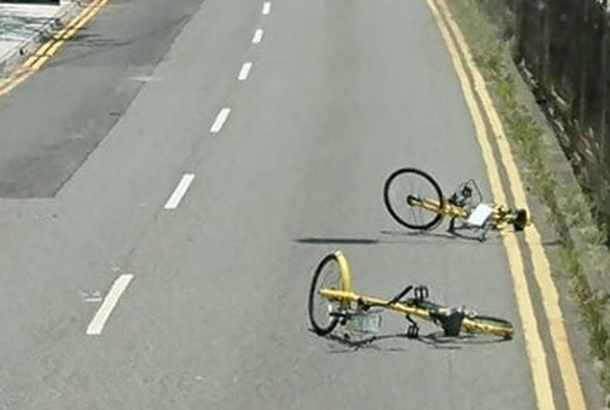 兩輛共享單車橫亙路中。 網圖