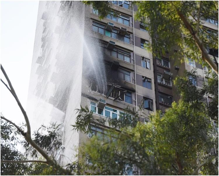 消防在場灌救,起火單位嚴重焚毀。