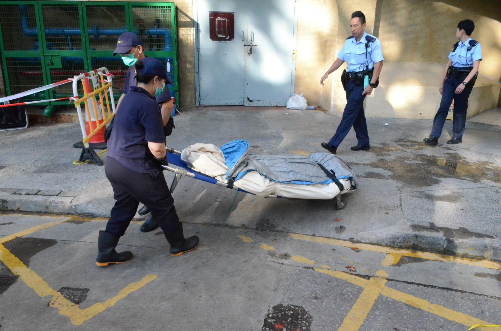 下午仵工將死者遺體移送到殮房。