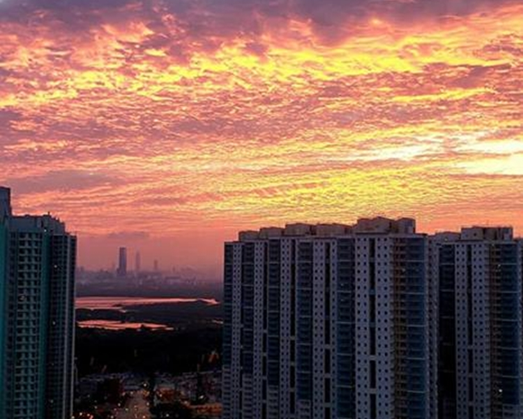 在高樓大廈的伴襯下火燒雲顯得更耀眼。民Yukching Cheung圖片