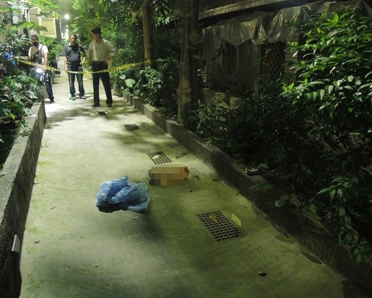 警方今晨終於在花圃附近水溝蓋內發現第8袋殘肢。台灣警方圖片