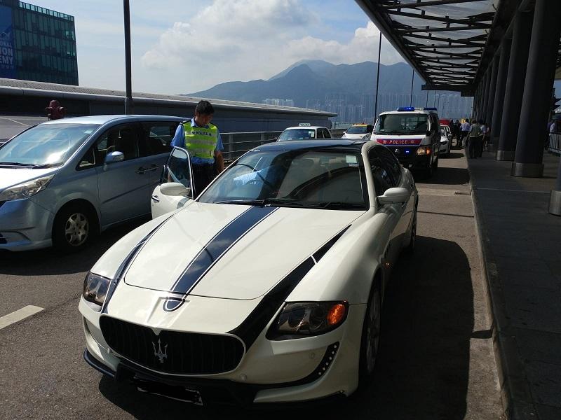 警方打擊白牌車行動中3名本地司機被捕。警方提供