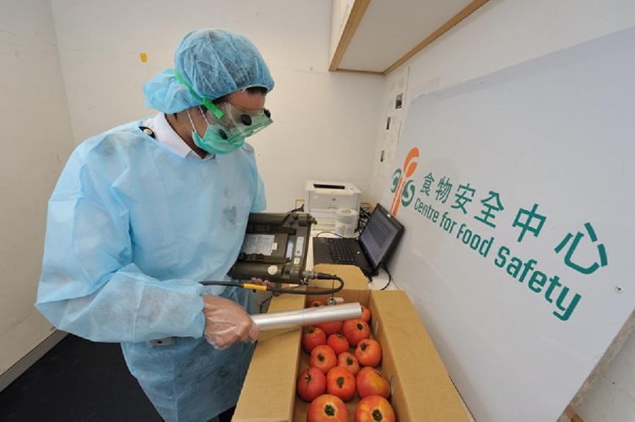 食物安全中心會以手提儀器每批食物檢測有否超標。資料圖片